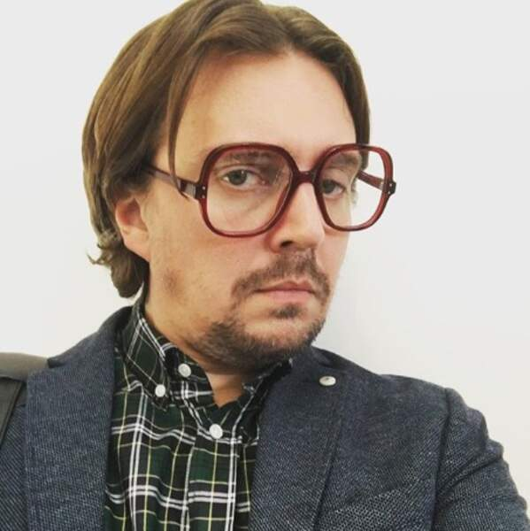Alex Vizorek a presque les mêmes lunettes de vue.