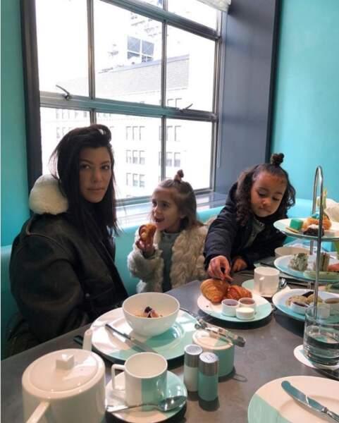 Chic : Kourtney Kardashian a emmené sa fille Penelope et sa nièce North prendre le petit-déj' chez Tiffany's.