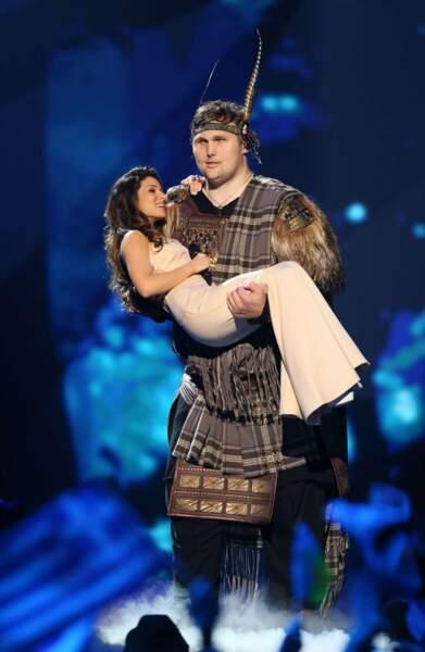 Un viking géant porte la jolie représentante ukrainienne. Sur scène. Normal.