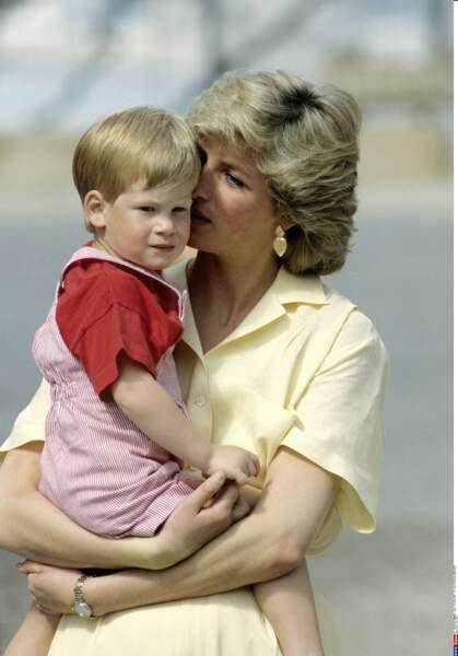 Le chouchou à sa maman lors de vacances chez les souverains espagnols en 1987
