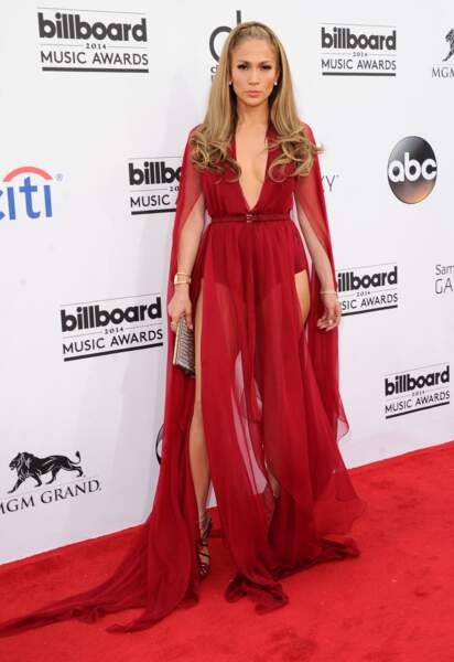 Sublime dans une robe rouge et mousseline transparente au Billboard Awards de 2014.