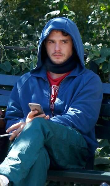 Sur un banc de Central Park, Kit Harrington attend sa scène.