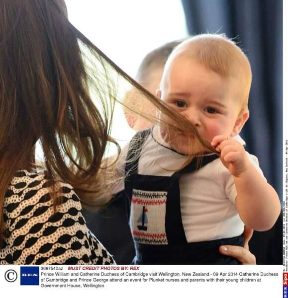Eh oui George, les cheveux de maman Kate sentent très bons !