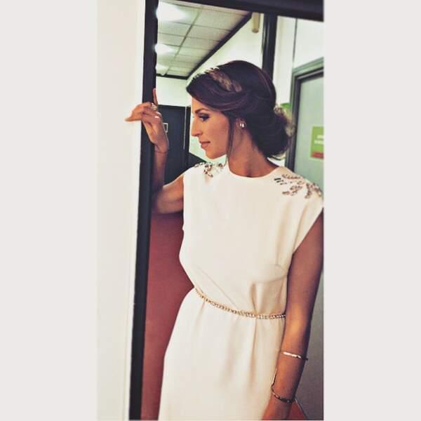 Elle est magnifique avec cette coiffure et cette robe façon toge.