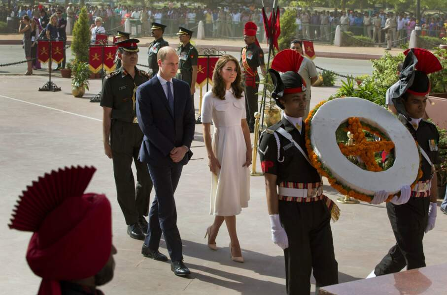 Puis Kate et William vont saluer la mémoire des combattants indiens pendant les deux guerres mondiales
