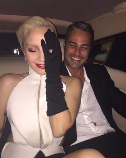 Pour une fois que Lady Gaga fuit les photos ? À moins que ce soit pour montrer son gros caillou...