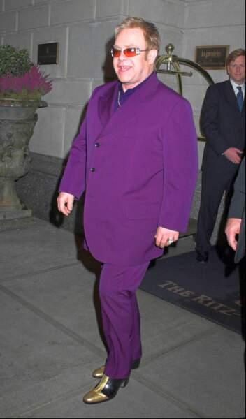 Entre or et violet flashy, à la sortie de son hôtel à New York, en novembre 2015