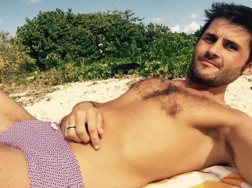 Pendant ce temps, Christophe Beaugrand se dore la pilule au soleil. Sympa le slip !
