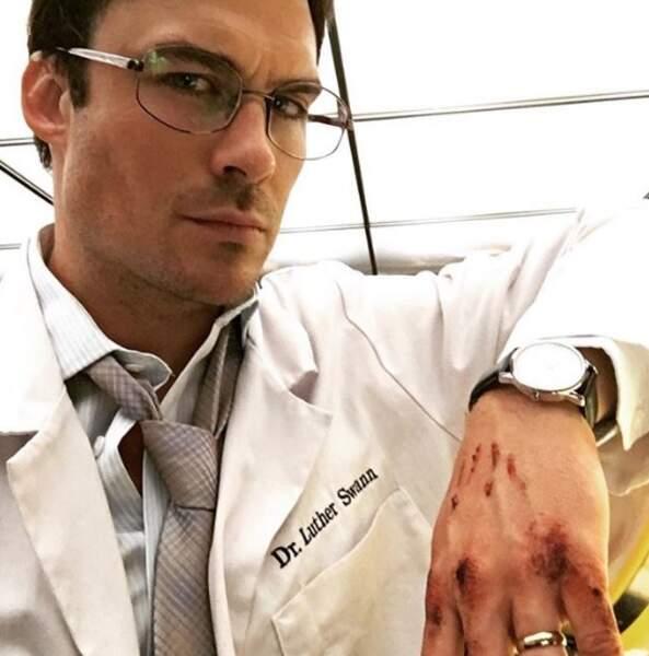 On lui préfère quand même le nouveau costume de Ian Somerhalder, docteur pour une nouvelle série Netflix.