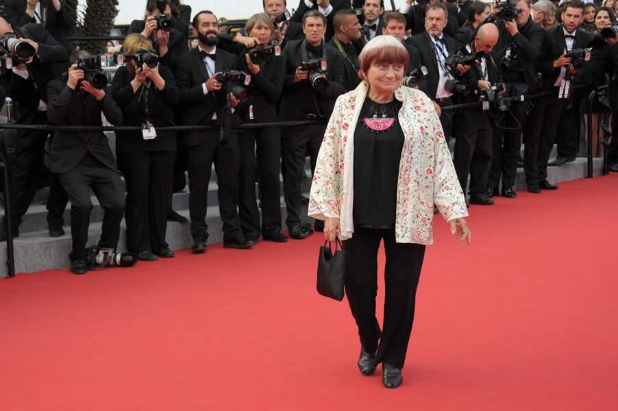 """Agnès Varda lors de la montée des marches pour le film """"Dheepan"""" au Festival de Cannes"""