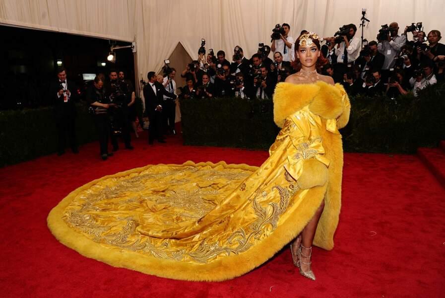 Pas question pour Rihanna de passer inaperçue : elle a dégainé la traîne la plus longue de la soirée