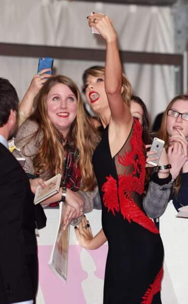 Artiste internationale de l'année, Taylor Swift a fait des selfies avec les fans