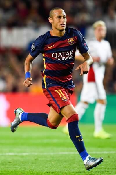 Neymar, en 2015, ose la tête rasée sous le maillot du FCBarcelone