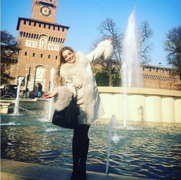 Emilie Nef Naf heureuse devant une fontaine