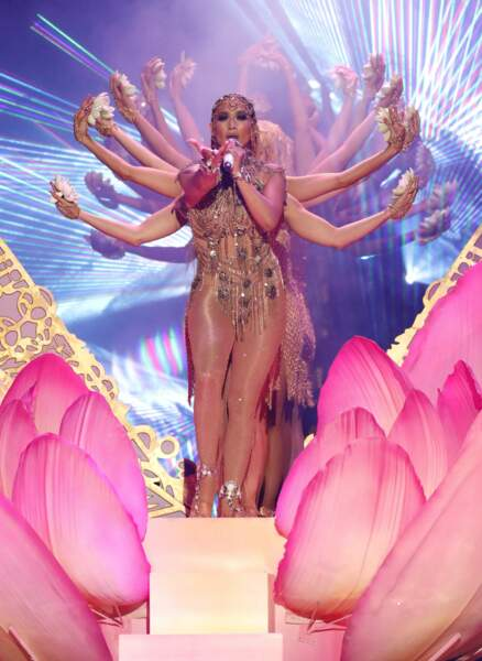 Telle une déesse hindoue Jennifer Lopez Interprète El Anillo aux Billboard Latin Music Awards 2018.