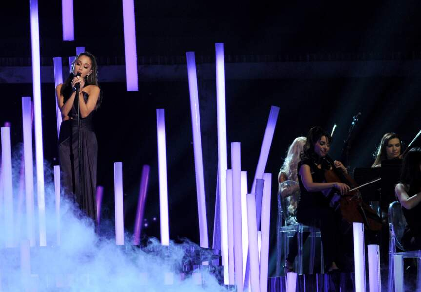 Ariana Grande, concentrée