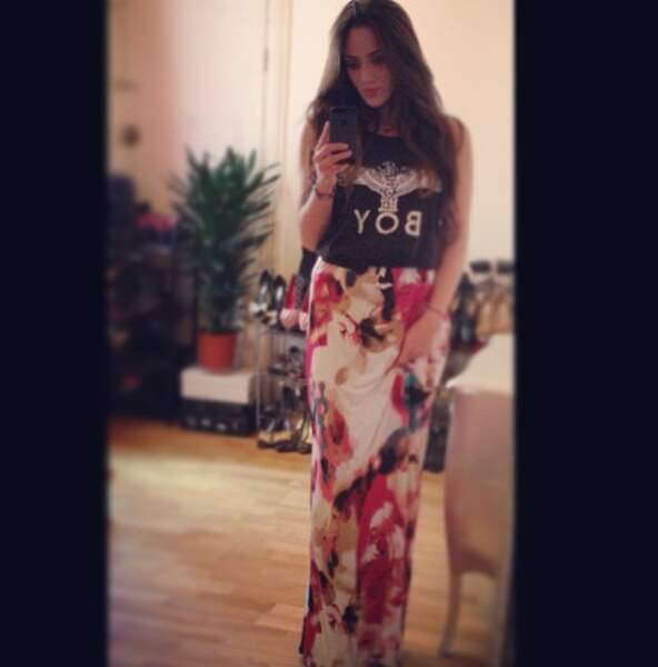 Léa Castel met une jupe longue... pour faire le ménage plus facilement?