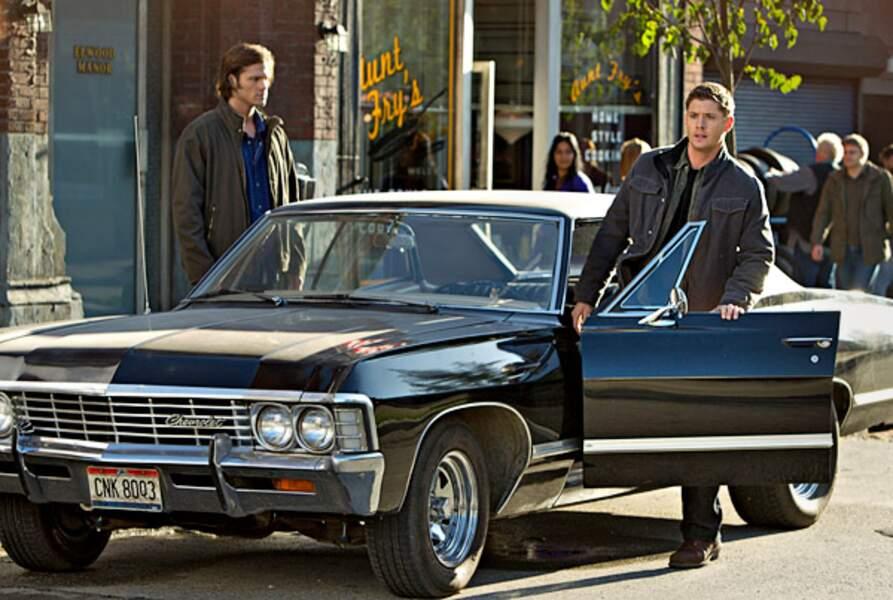 Supernatural. Le créateur de la série a choisi cette Chevrolet Impala car son coffre permet de cacher des cadavres