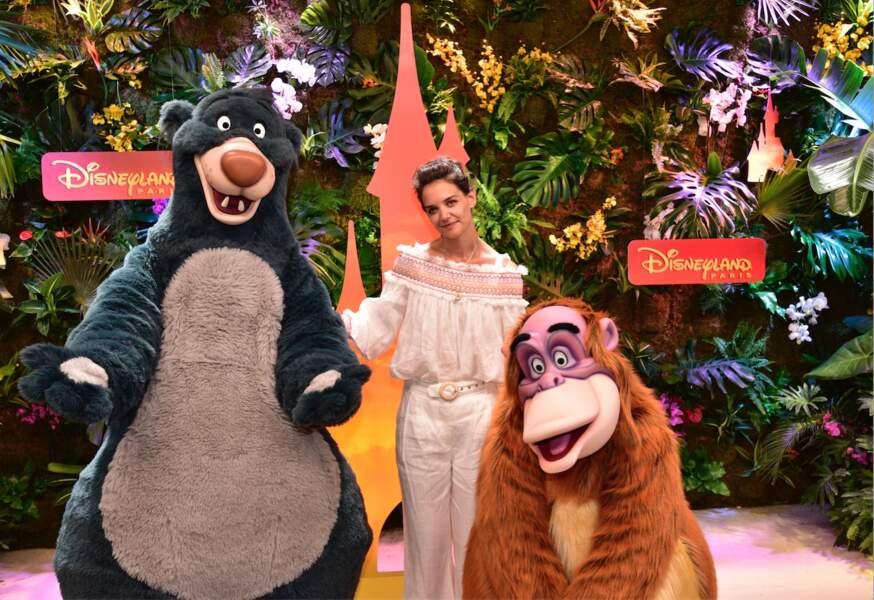 La comédienne Katie Holmes en compagnie de Baloo et du Roi Louie du Livre de la jungle