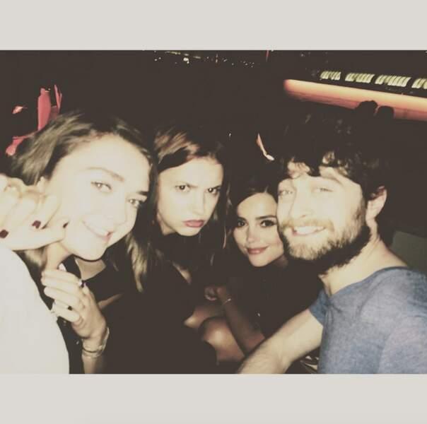 Arya Stark (Maisie Williams) tape la pose avec Harry Potter (Daniel Radcliffe)