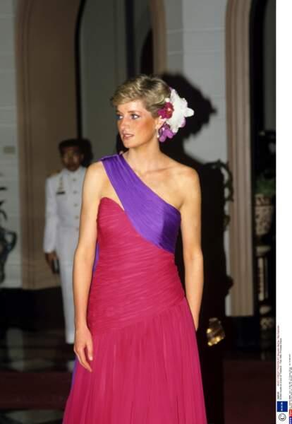 Exotique et fleurie, en robe de mousseline de soie inspirée du sari lors d'une visite en Thaîlande