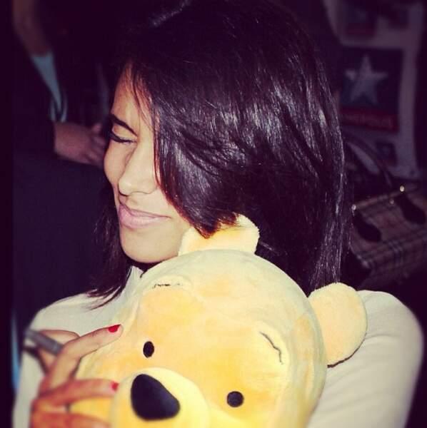 Shy'm fait de gros câlins à Winnie l'ourson, c'est pas mignon ?