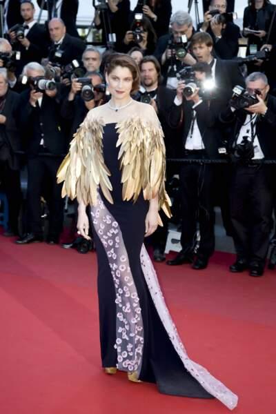 La robe en elle-même n'est pas fort avantageuse, mais ses plumes...