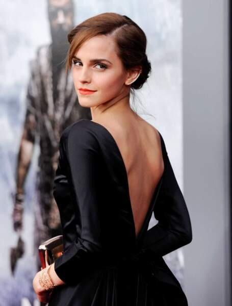 Dos nu, bijoux d'oreille, Emma Watson maîtrise son look à la perfection !