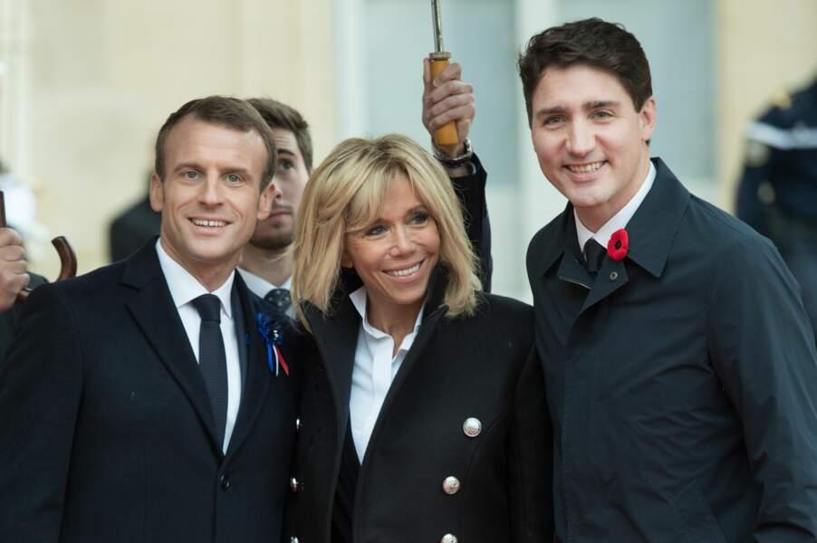 Brigitte Macron bien entourée entre son mari Emmanuel et Justin Trudeau, le premier ministre canadien