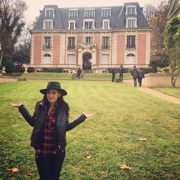 Karima Charni a posé avec émotion devant le château de Dammarie-les-Lys...