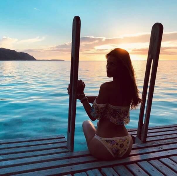 Même genre de pose mais cadre différent : Iris Mittenaere a assisté au coucher de soleil à Moorea.