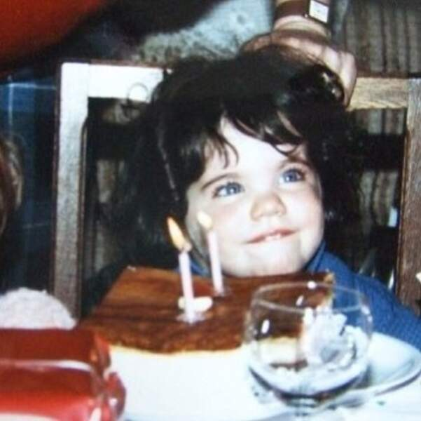Sur son compte, elle a également partagé d'adorables photos d'elle enfant. Ici à 2 ans !