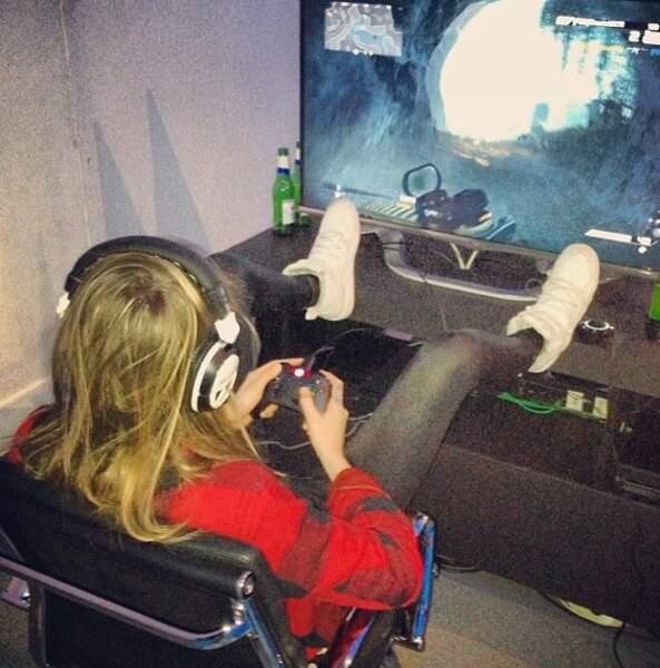 Cara Delevingne, elle, préfère profiter de l'hiver pour jouer à la console.