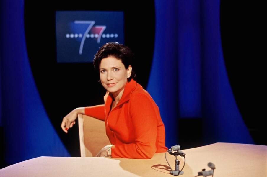 En 1996, une Anne Sinclair très décontractée tente la veste corail. Osé !
