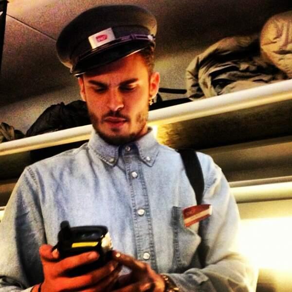Même en contrôleur SNCF il est sexy !!!