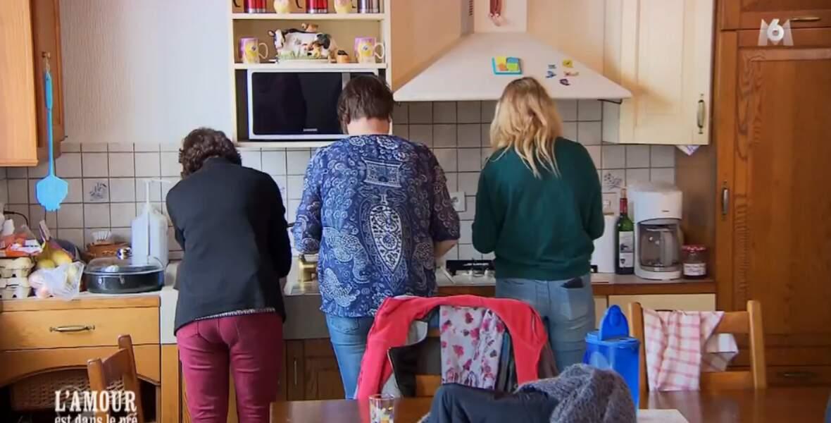 ... les filles font la vaisselle (et bah bravo ! )