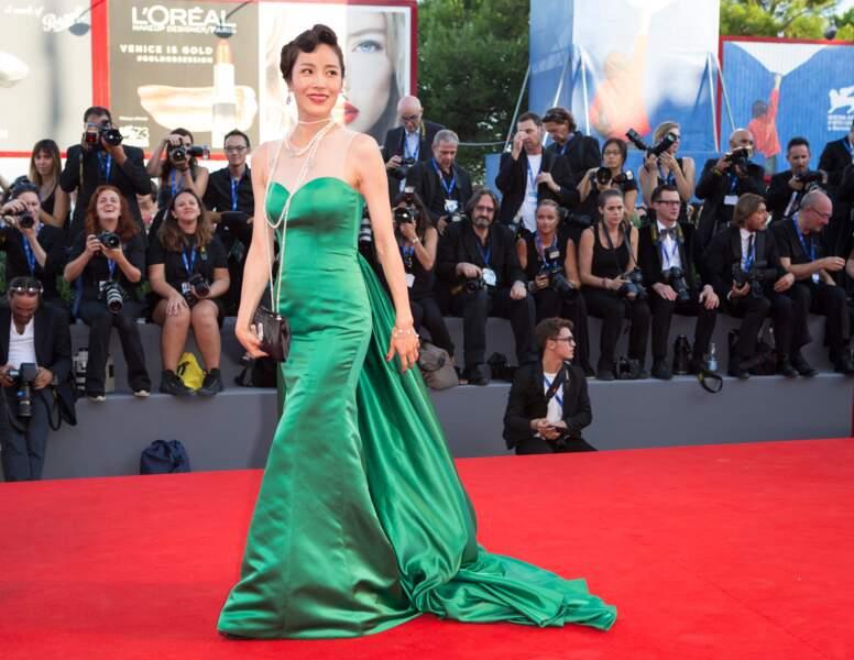 L'actrice coréenne Moon So-Ri dans une longue robe verte...