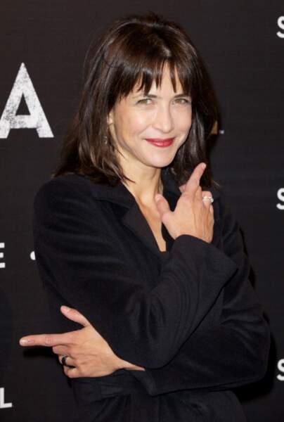 Sophie Marceau pose avec le sourire à l'avant-première de Skyfall
