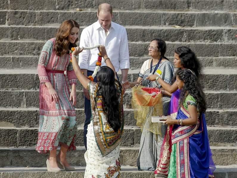Le couple princier s'est rendu au bord du Gange pour recevoir de traditionnels colliers de fleurs