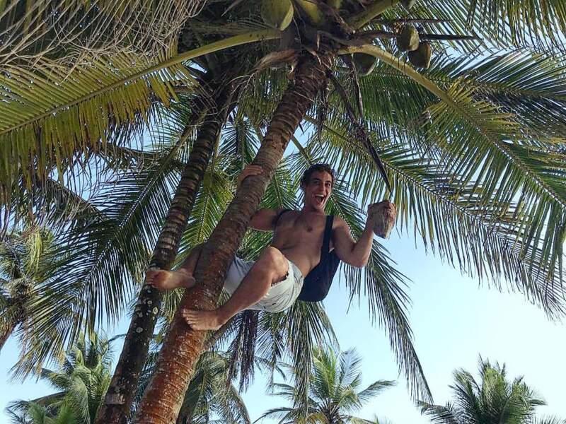 Entre deux prises, hop, Miguel Herran est allé chercher des noix de coco