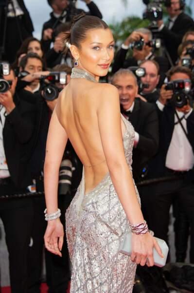 """Bella Hadid dans une figure imposée, le """"over your shoulder"""" (par-dessus l'épaule)"""
