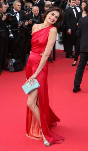 Inès de la Fressange se pavane dans sa jolie robe rouge.