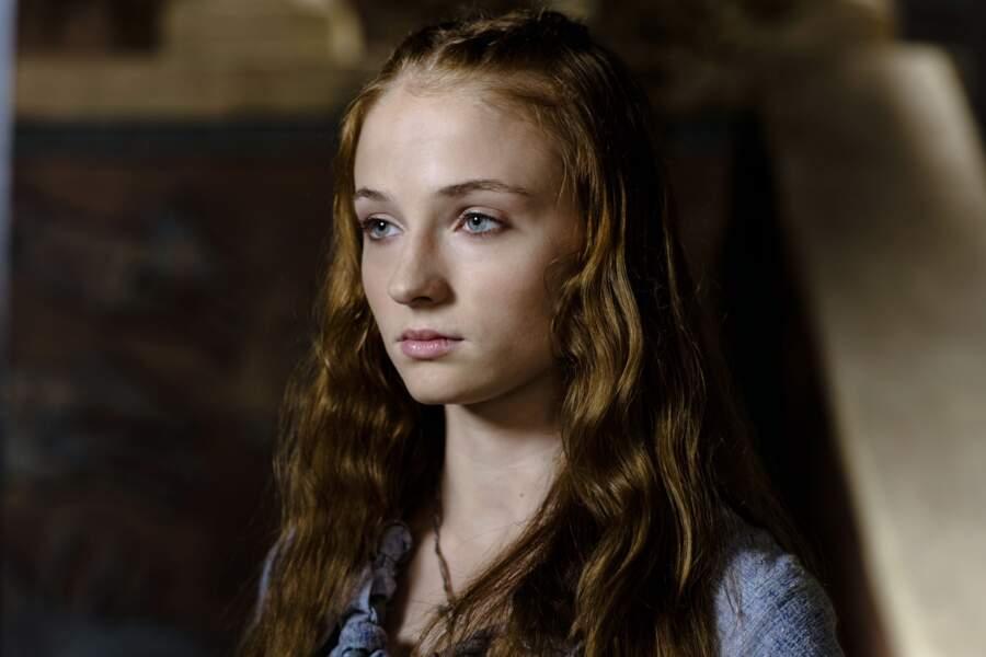Dans la saison 1, sa soeur Sansa aussi était plus jeune (et très irritante avouons-le !)