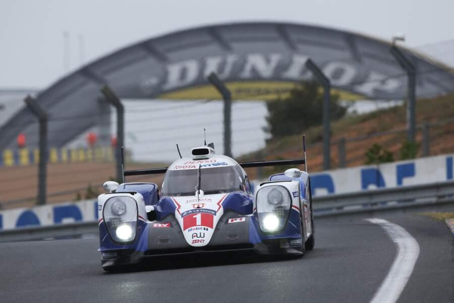 En tête une bonne partie de la course en 2104, Toyota engage deux TS040 Hybrid (V8 essence) à l'aéro retravaillée.