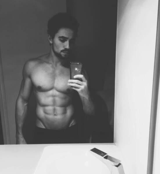 Mais parce qu'on aime aussi les photos olé olé du sexe opposé, voici un petit selfie 100% abdos d'Olivier Dion.