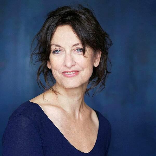 Françoise Cadol, qui double aussi Sandra Bullock, Patricia Arquette, Brenda Strong, Nicola Walker, Jill Hennessy...