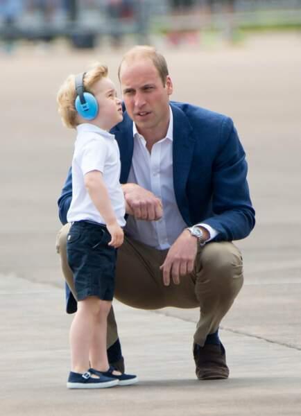 Impressionné par le ballet des avions, William rassure son fiston