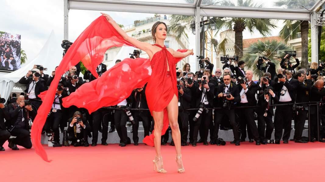 Alessandra Ambrosio en rouge cette fois-ci!