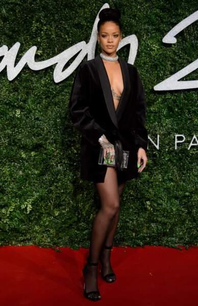 Tiens tiens : Rihanna aurait-elle oublié de mettre une jupe ?