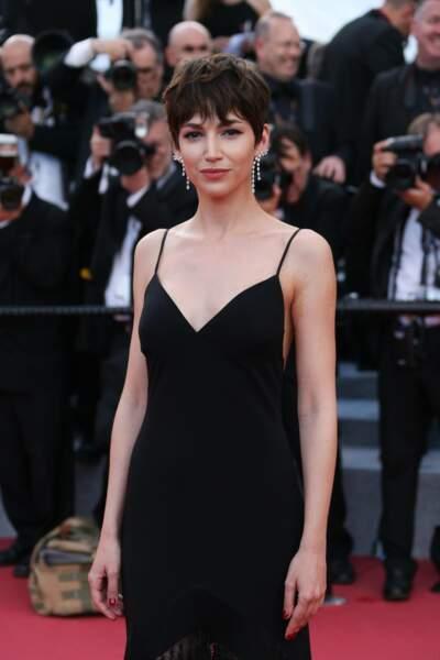 Mais dans la vie, Ursula Corbero apprécie aussi les robes de soirée et a choisi une coupe de cheveux à la garçonne, comme dans la saison 4